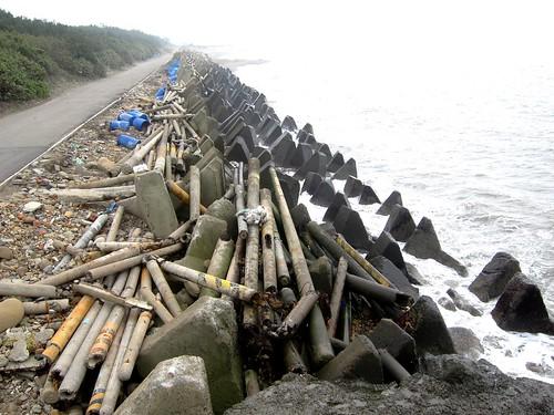 台灣海岸滿佈消波塊,甚至還有廢棄電線杆_桃園 (林育朱攝)