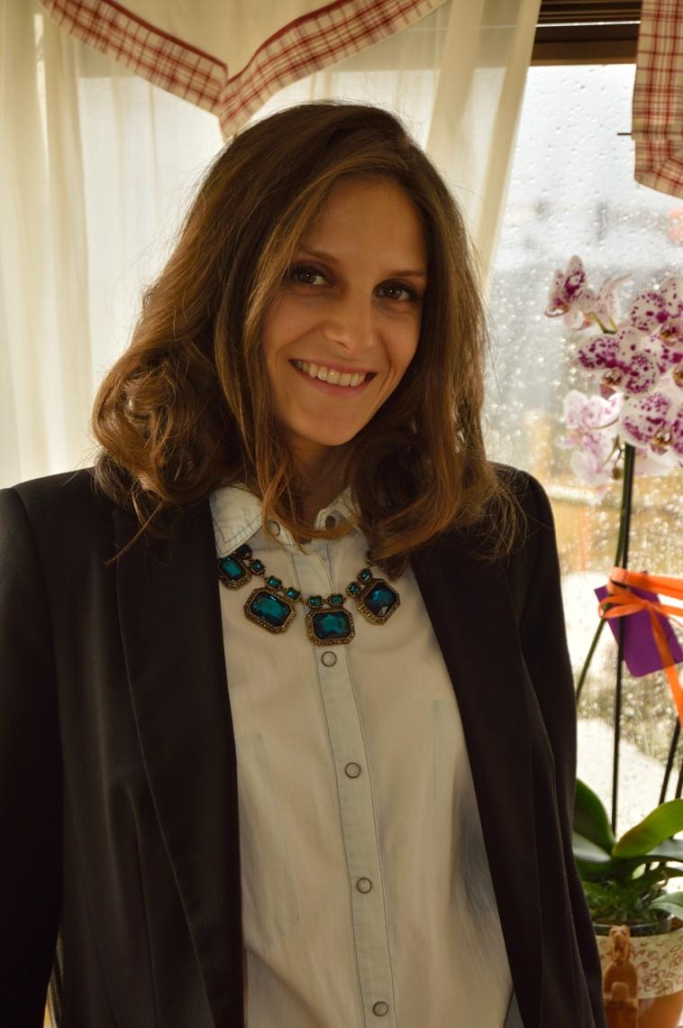 Lara-vazquez-madlula-blog-fashion-denim-outfit-black-blazer-necklace