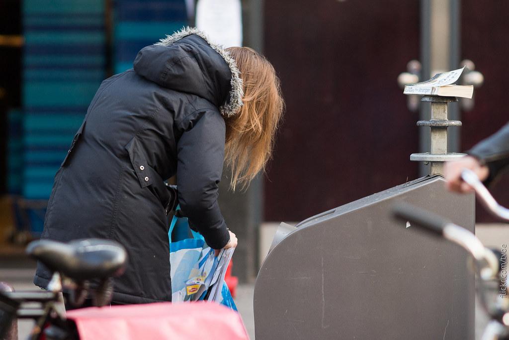 Выбрасывание бумажных отходов в Амстердаме