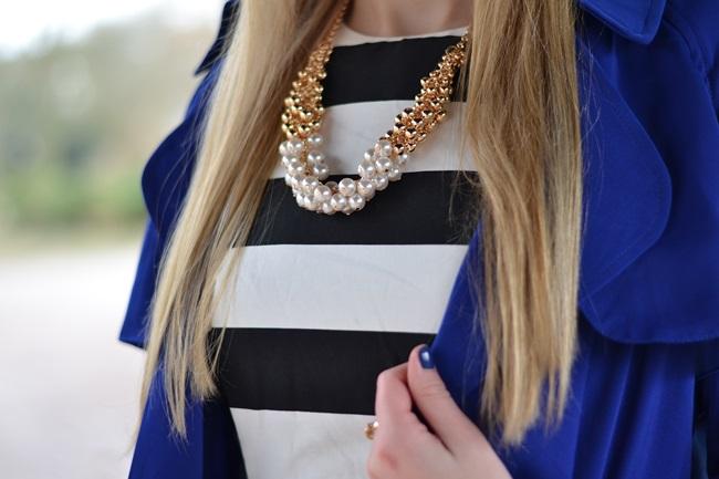 Outfit gestreiftes Kleid und blaue Jacke (6)