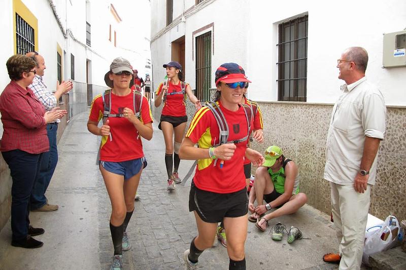 Los corredores, a su paso por la calle Triana.