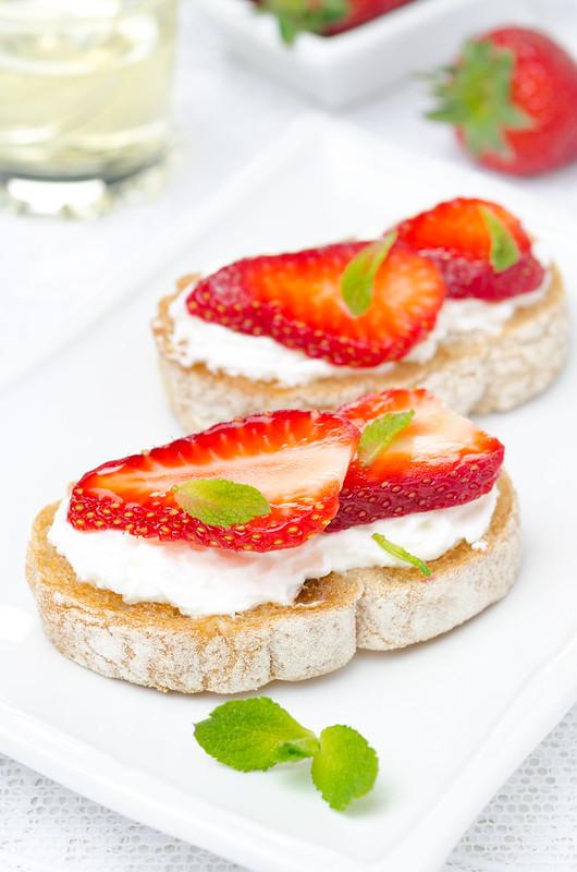 bruschetta with strawberries and goat cheese