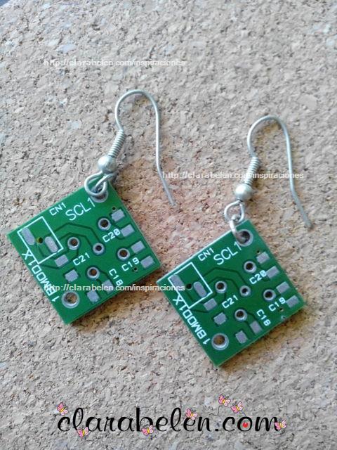 pendientes hechos con placas de circuito integrado