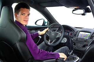 Opel-Ingenieur Alexander Dau im neuen Opel Insignia
