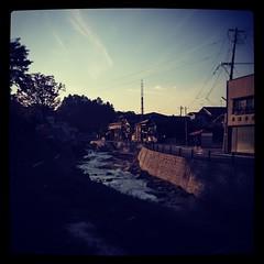 夕暮れの川辺の街