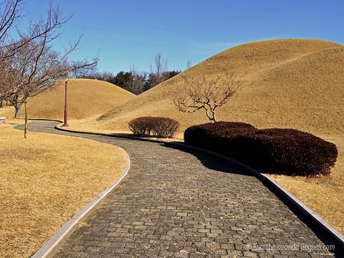 A pesar del numeroso número de tumbas existentes en Gyeongju, tan solo unas pocas pueden visitarse por dentro