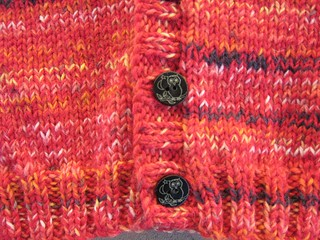 Cardigan_2013_08_23_v-neck_Fabel-reds_3_detail