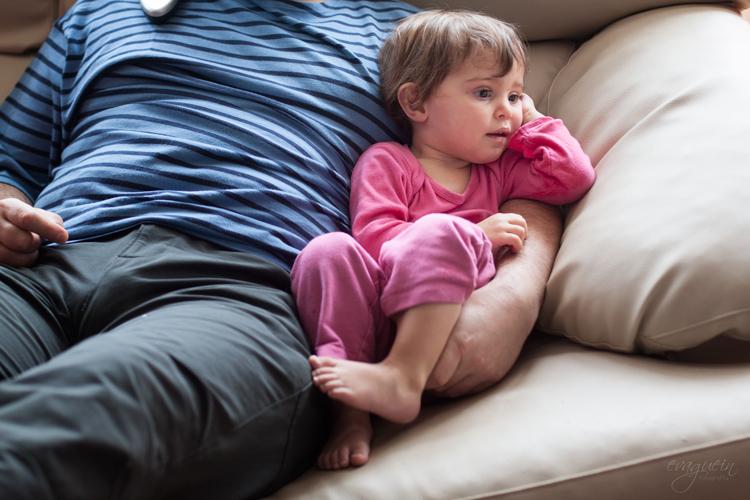 31012014-20140131-Valeski,-Amanda-y-Fran-viendo-TV-sofá-salón004-R3-BLOG