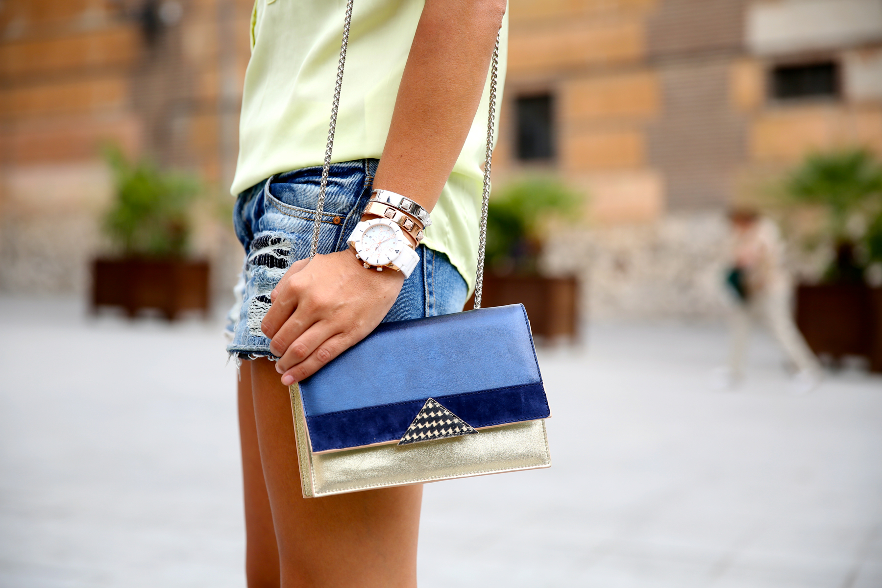 trendy_taste-look-outfit-street_style-ootd-blog-blogger-fashion_spain-moda_españa-yellow_blouse-camisa_amarilla-denim_shorts-shorts_vaqueros-sandalias_romanas-gladiators-mas34-folli_follie-3