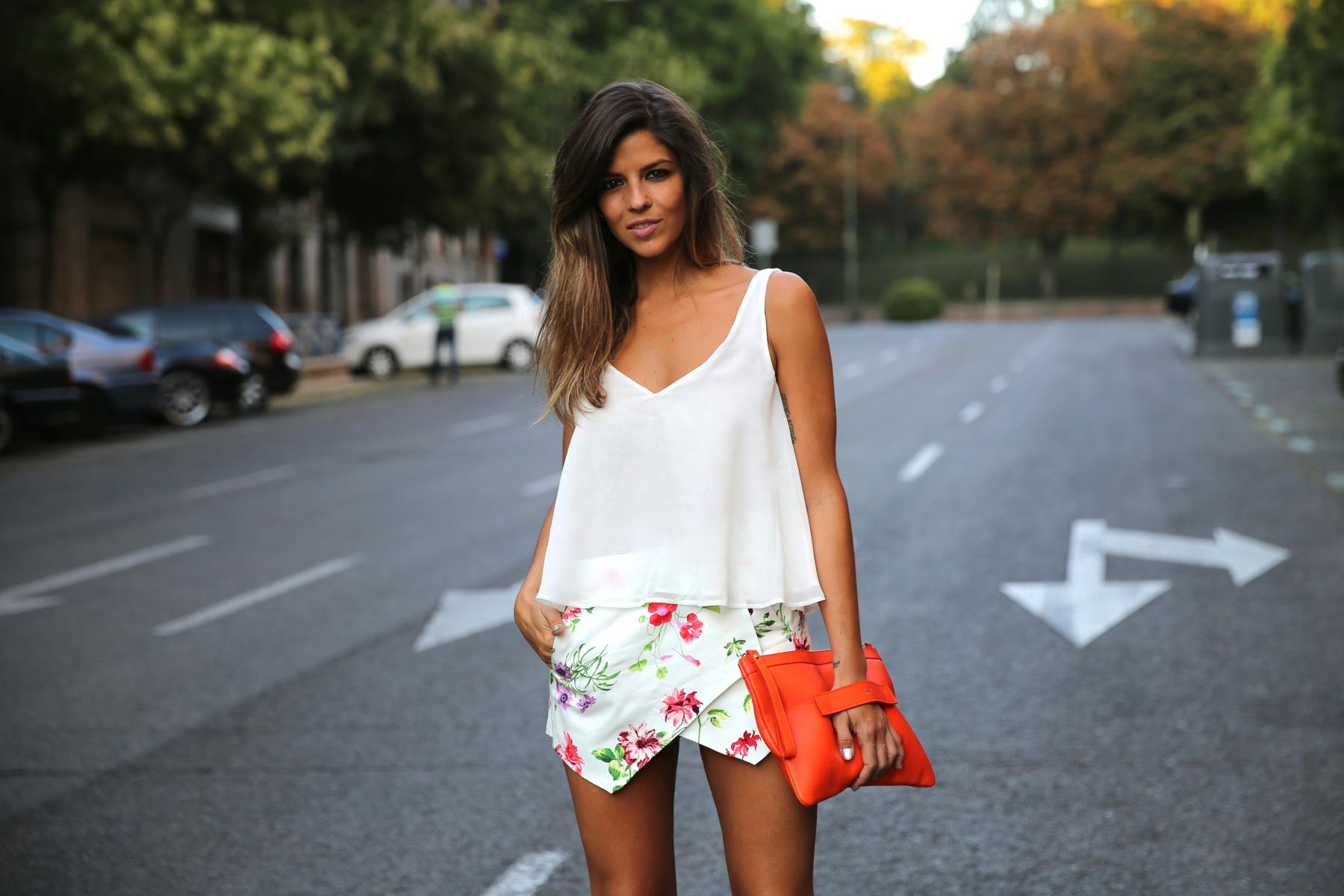 trendy_taste-look-outfit-street_style-ootd-blog-blogger-fashion_spain-moda_españa-sandalias_plateadas-silver_sandals-flower_print-falda_flores-top_blanco-6