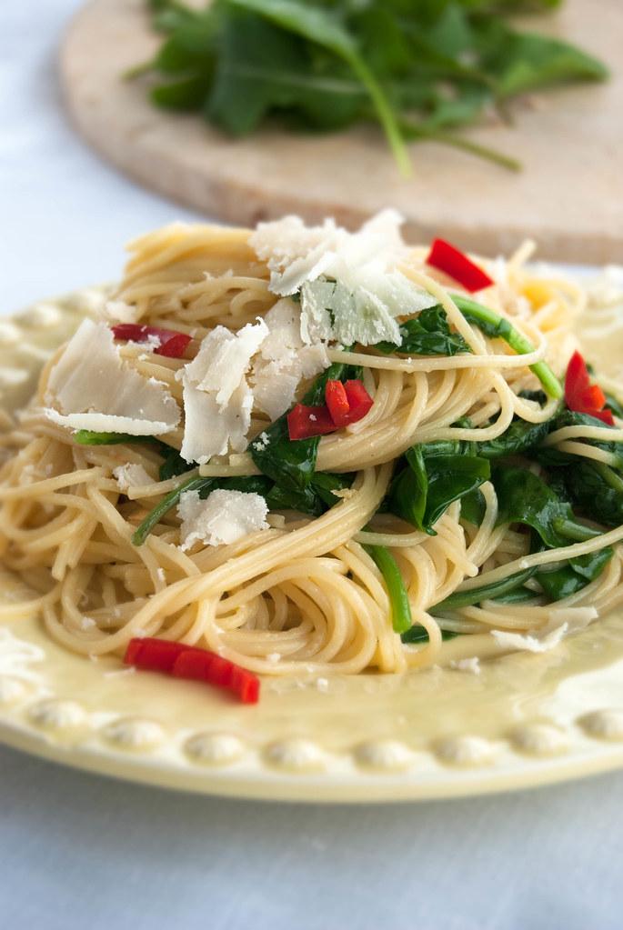Esparguete com rúcula salteada alho e chilli