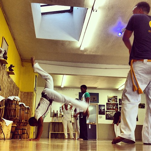 Monday night classes kicked off in a real way with @professoraxe giving us the good stuff.    Grab your abadás, get down here and let's train.  #capoeira #losangeles #capoeirabrasil #fitness #community #cbla