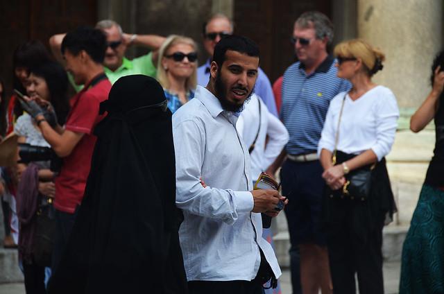 Pareja turca paseando por los alrededores de la Mezquita Azul