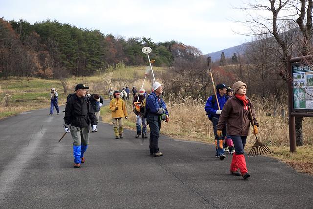 山麓庵から現地まで歩いて移動する.やる気がみなぎる参加者たち.