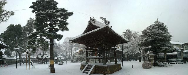 Snowy buddhist temple iin Tokyo