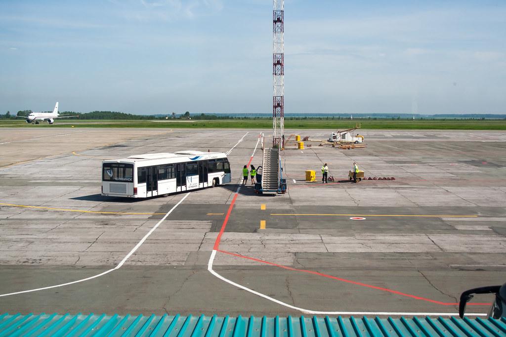Москва. Вылет задерживался, делать было нечего. Аэропортовые службы в ожидании опаздывающего рейсы из Санкт-Петербурга