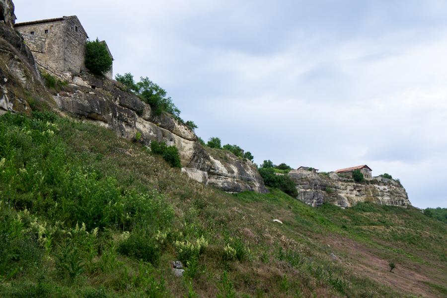 Начало нашего маршрута - город-крепость Чуфут-Кале, Крым © Kartzon Dream - авторские путешествия, авторские туры в Индию, тревел видео, фототуры
