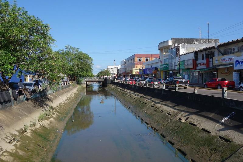 Fotografia do Canal da Avenida Mendonça Júnior em Macapá, Amapá Brasil