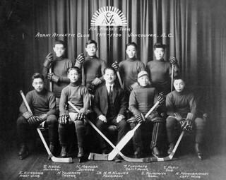 Asahi Athletic Club, ice hockey team, Vancouver, British Columbia, 1919-1920 / Club d'athlétisme Asahi, équipe de hockey, Vancouver, Colombie Britannique, 1919-1920