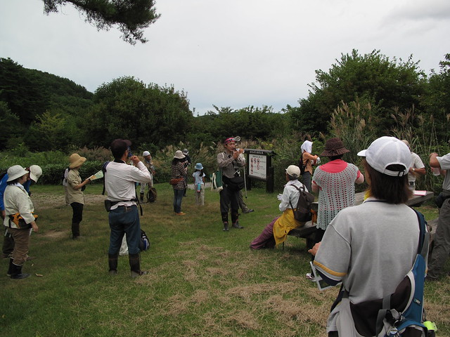 霧ヶ谷湿原の入口で,休憩がてら説明する和田先生.
