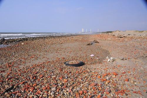你會想踏上這滿布建築廢棄物的沙灘?@苗栗通霄