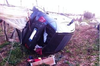 Noicattaro. Incidente auto arrampicata sul tendone