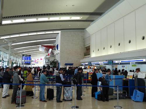那覇空港のANAカウンターは大行列