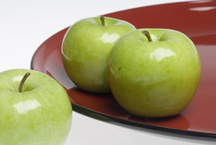 Granny Smith apples on plate 080327-231x