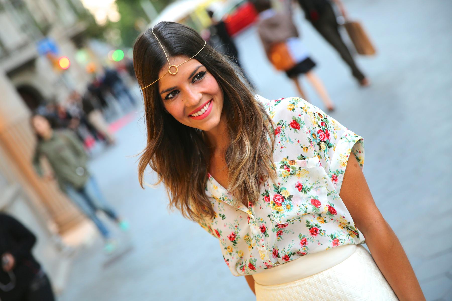 trendy_taste-look-outfit-hotel_majestic-street_style-ootd-blog-blogger-fashion_spain-moda_españa-falda_flecos-fringes_skirt-mas34-mango-blusa_flores-primaver_verano-zapatos_naranjas-tocado_dorado-4