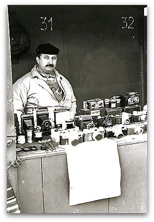 Antique camera shop in flea market, Moscow 1996 モスクワ蚤の市、アンティークカメラを売る男性