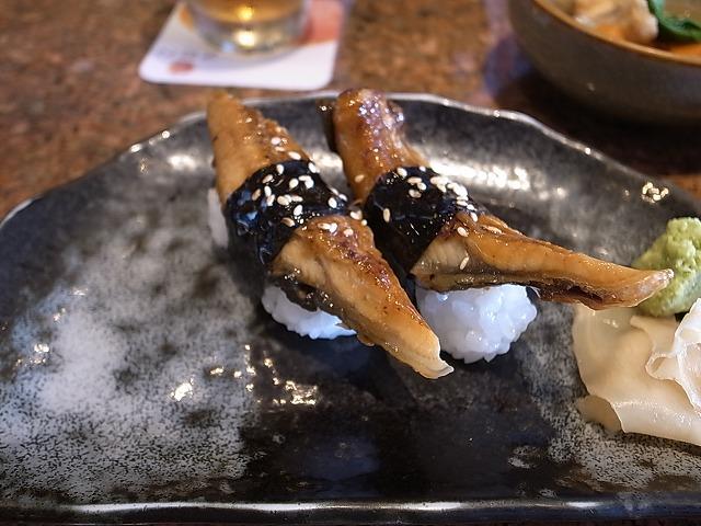 <p>e)あえてunagiと書きます。日本の鰻とはちょっと違うけど、すごくおいしいです。</p>