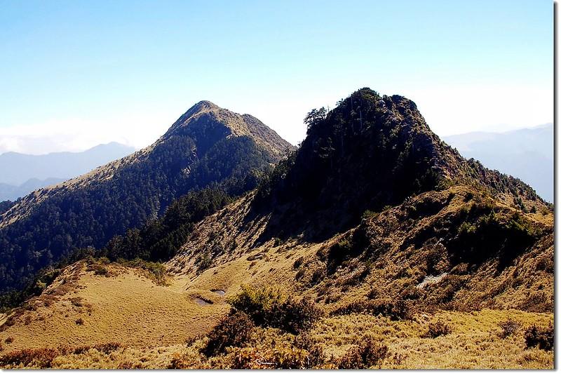 火山(L)與3220峰