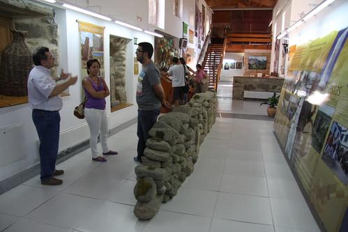 Visitantes en el interior del centro de interpretación de los Arribes en Fermoselle