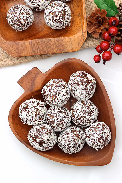 Grain-free No-Bake Gingerbread Cookie Balls {Gluten-free and Vegan} // www.tasty-yummies.com