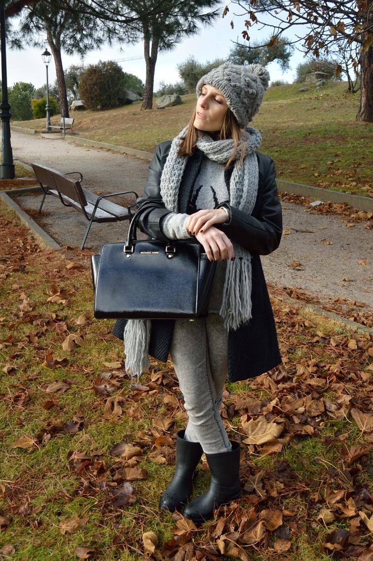 lara-vazquez-madlula-streetstyle-grey-tones-black-bag-beanie-winter-look