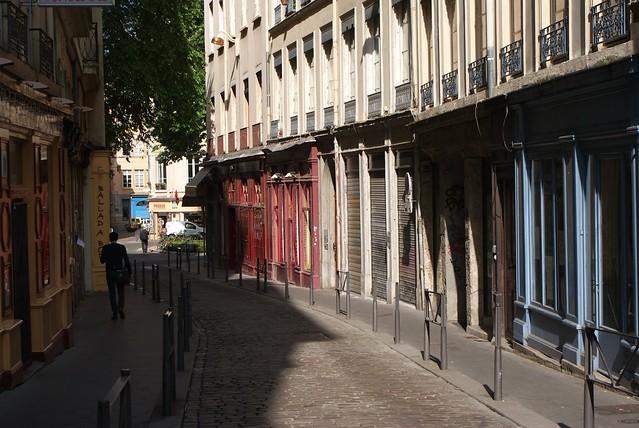 Devantures bleu blanc rouge en direction de la place Sathonay à Lyon
