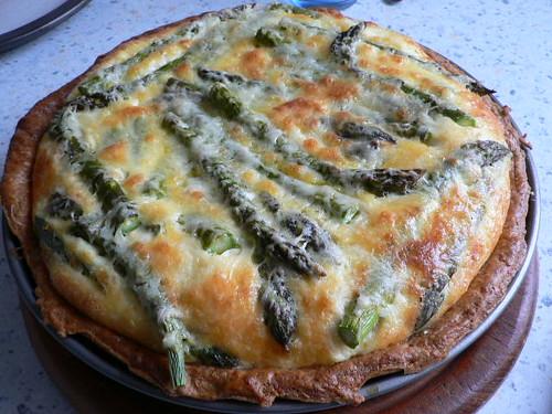 Tarte von grünem Spargel und Käse