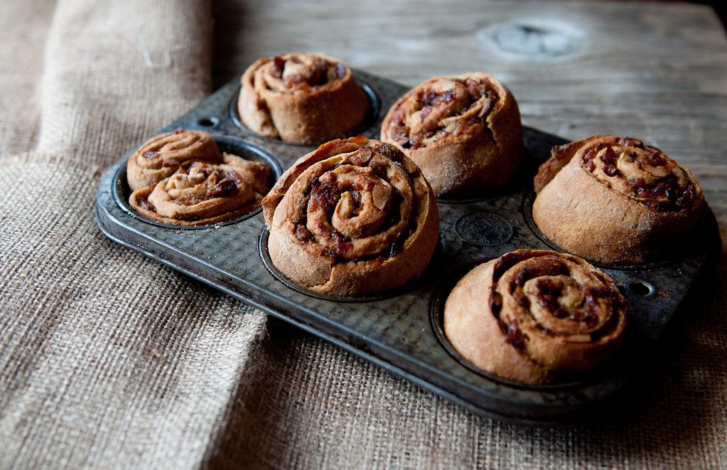 Baked raisin rolls