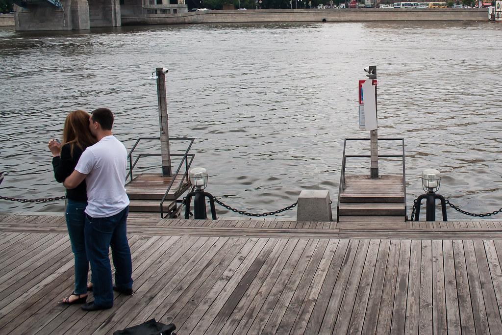 Москва. Парк Культуры. На набережной стоят общественный душ Но купаться тут, нельзя :)