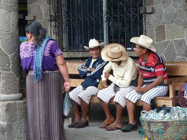 Hombres de Santiago Atitlán ataviados con su vestimenta típica en la que destaca el pantalón corto