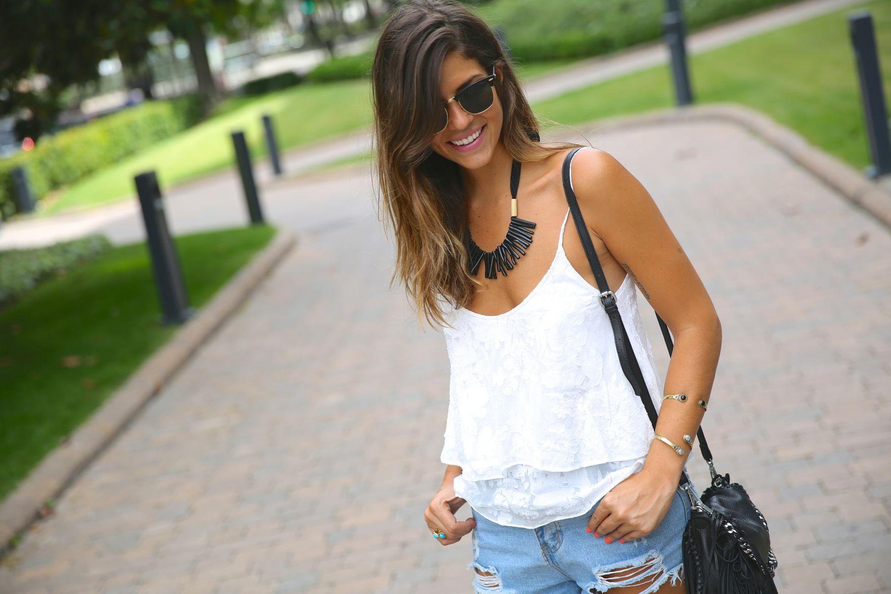 trendy_taste-look-outfit-street_style-ootd-blog-blogger-fashion_spain-moda_españa-fringed_bag-bolso_flecos-sandalias-verano-summer_sandals-ugg_australia-denim_shorts-shorts_vaqueros-oversize-5