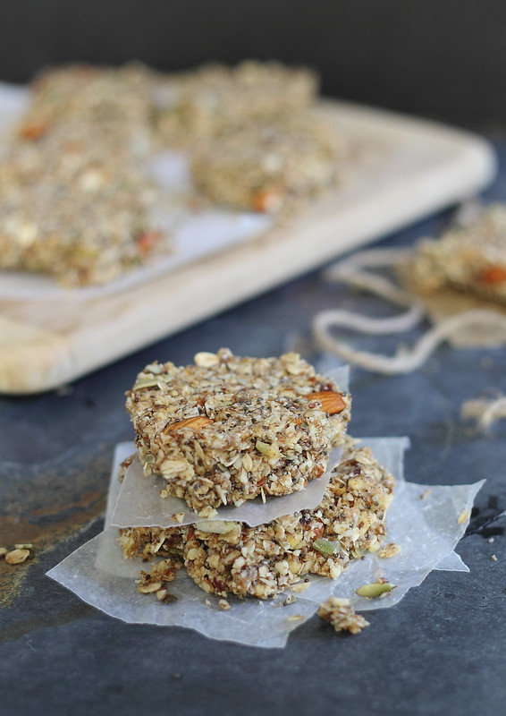 Apple Cinnamon Granola Bars | runningtothekitchen.com