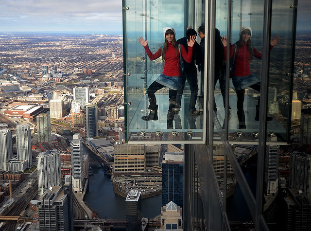 Suspendido en el aire del Skydeck de Chicago la habitación de cristal