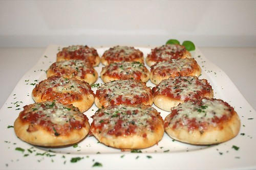 10 - Mamma Gina Mini Steinofen Pizza - Fertig gebacken - Seitenansicht / Side view