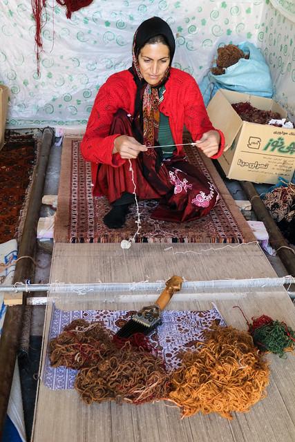 A qashqai woman weaving a carpet, Firuzabad, Iran フィールーズ・アーバード、カシュガイ族カーペットを織る女性