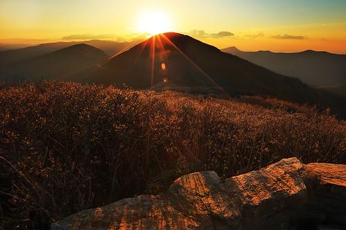 moon sunrise northcarolina craggygardens creag gnd northcarolinamountains singhray durinsday canon6d canon1635mmf28ii leefilterholder