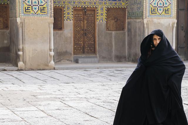 Woman in chador, Imam mosque, Isfahan, Iran イスファハン、王のモスク チャードルを被った女性