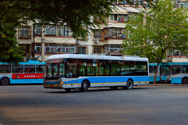 [Buses in Beijing]青年尼奥普兰-华宇 Youngman Neoplan - Huayu JNP6120GD/BJD-WG120N <Trolley-bus> 北京公交集团 BPT #95091 Front-right at Datun East Bus Yard