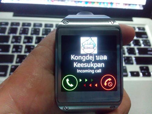 รับโทรศัพท์ หรือ โทรออกจาก Galaxy Gear นี่ได้เลย (แต่ต้องเชื่อมต่อกับตัวโทรศัพท์นะ)