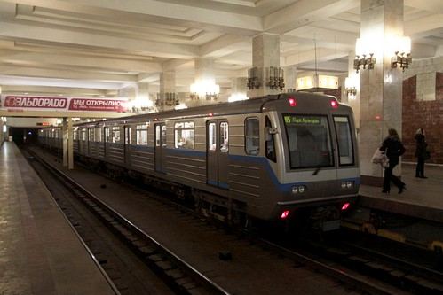 Newer type 81-717.6/714.6 train picks up passengers at Московская (Moskovskaya)